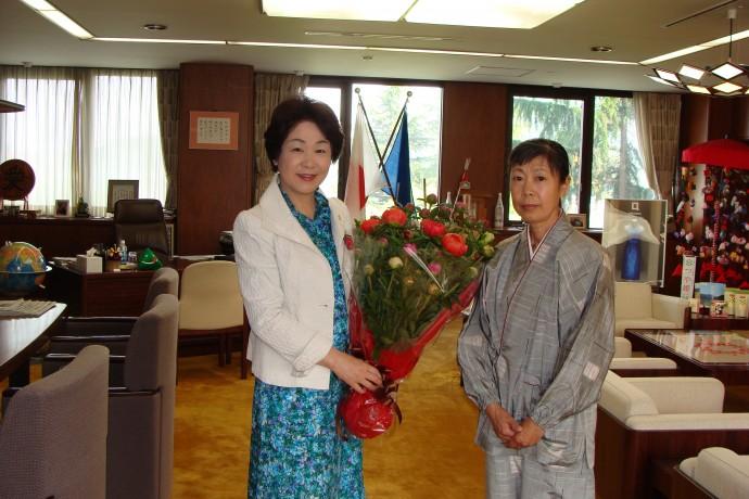 毎年恒例の知事さんへ芍薬の花束を進呈しています。